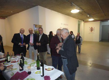 El alcalde de Quesada en la degustación tras la charla coloquio sobre el futuro del vino de esparteña y aceite royal