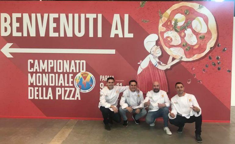 El ubetense Carlos Consuegra junto a sus compañeros con los que participa en el XXVII Campeonato Mundial de la Pizza en Parma