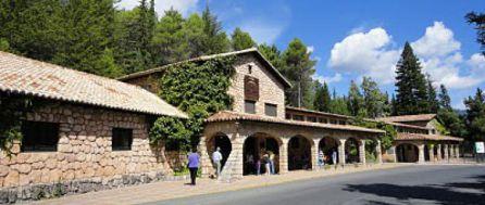Casas forestales que conforman el complejo turistico del centro de interpretacion Torre del Vinagre