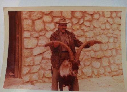 """Julio Punzano, guarda de caza que acompaño a Franco en alguna ocasión en Cazorla, con el """"Mansillo"""", el macho montés protagonista del episodio de la cabra montés en la serie """"El Hombre y la Tierra"""" de Félix Rodriguez de la Fuente"""