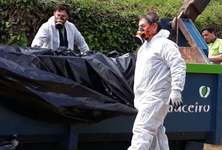 Operarios retirando la tierra contaminada por lindano en el barrio de Contrasto en O Porriño.
