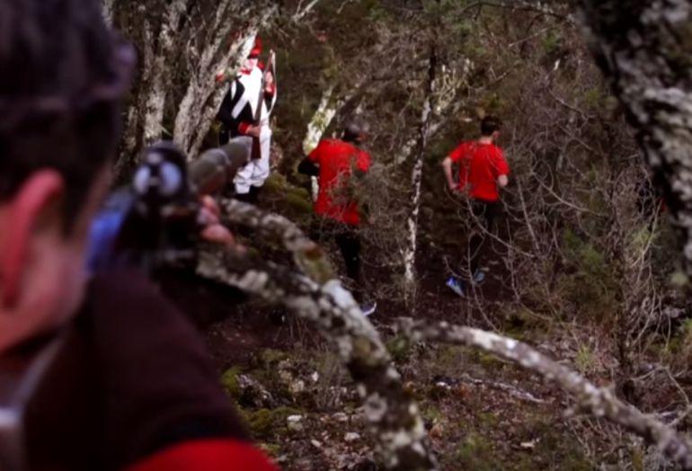 Los corredores deberán pasar entre el fuego enemigo de guerrilleros y franceses.
