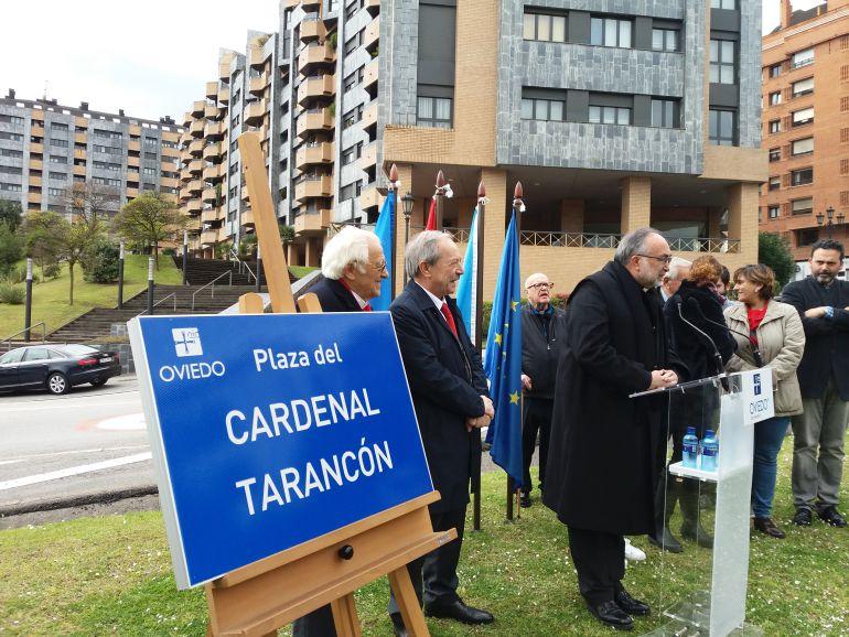 El azobispo de Oviedo durante su intervención en el acto de inauguración de la plaza del cardenal Tarancón. A su lado, el alcalde de Oviedo, Wenceslao López y el Padre Ángel