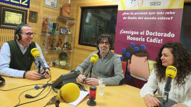 Alberto Romeron  Ferrer, José Manuel Ramos y Laura Jurado en los estudios de Radios Cádiz concursando en el Doctorado Honoris Cádiz