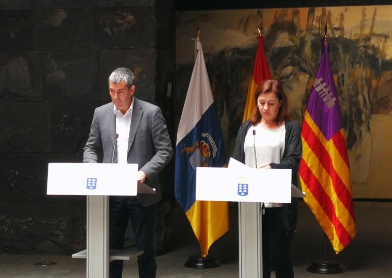El presidente del Gobierno canario, Fernando Clavijo (i) y la presidenta del ejecutivo Balear, Francina Armengol (d), tras la reunión mantenida este miércoles en la sede de Presidencia de Santa Cruz de Tenerife.