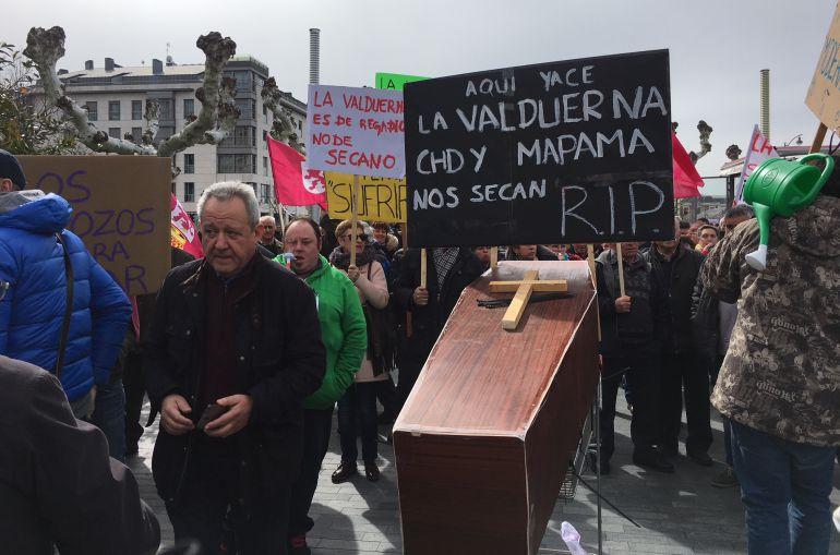 Los regantes de la Valduerna se manifestaron frente a las oficinas de la CHD en Valladolid