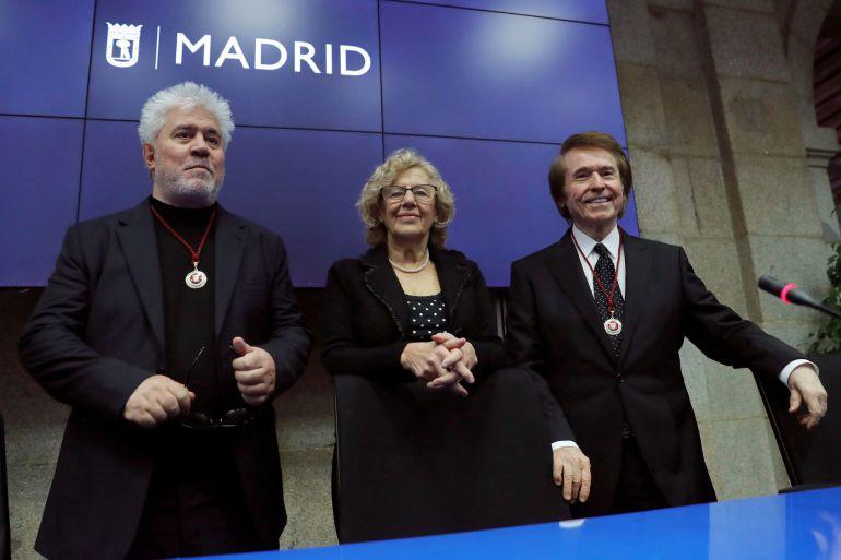 El cineasta Pedro Almodóvar (i) y el cantante Raphael (d) nombrados Hijos Adoptivos de Madrid en una sesión plenaria presidida por la alcaldesa, Manuela Carmena. EFE. Juan Carlos Hidalgo