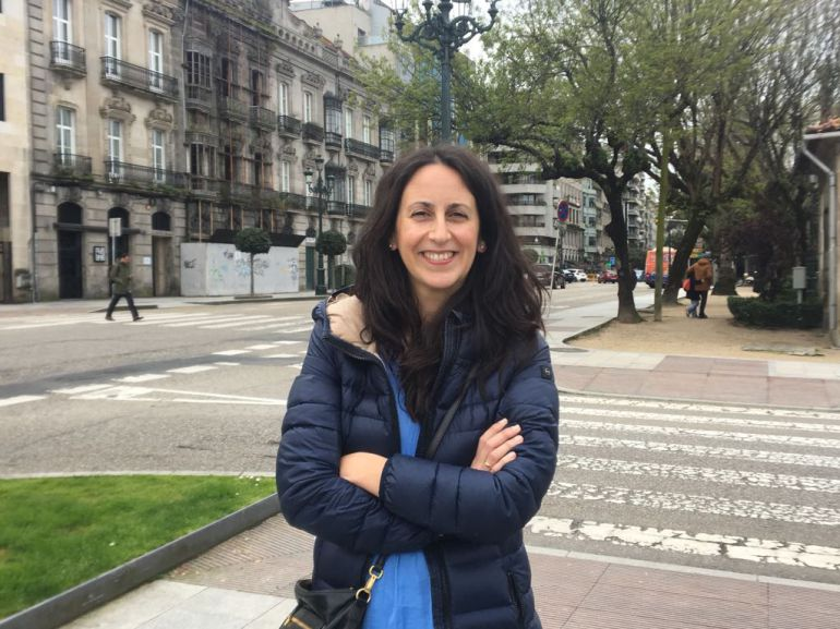 María Oruña posando cerca de Radio VIgo