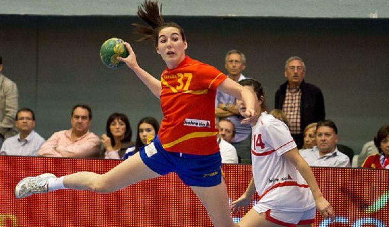 Ana Martínez lanza a portería en un partido con España