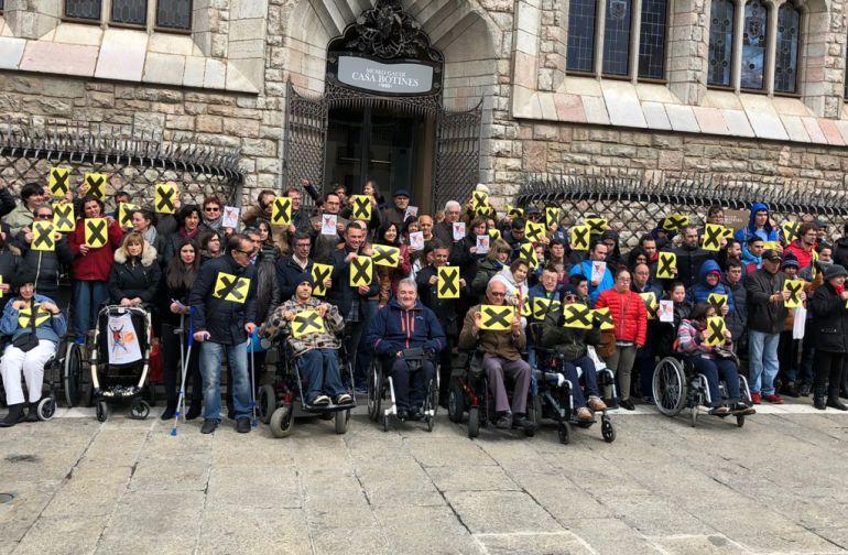 Beneficiarios de las ONG  se ha concentrado ante Botines