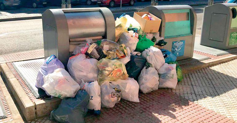 Residuos fuera de los contenedores de basura de Alcobendas
