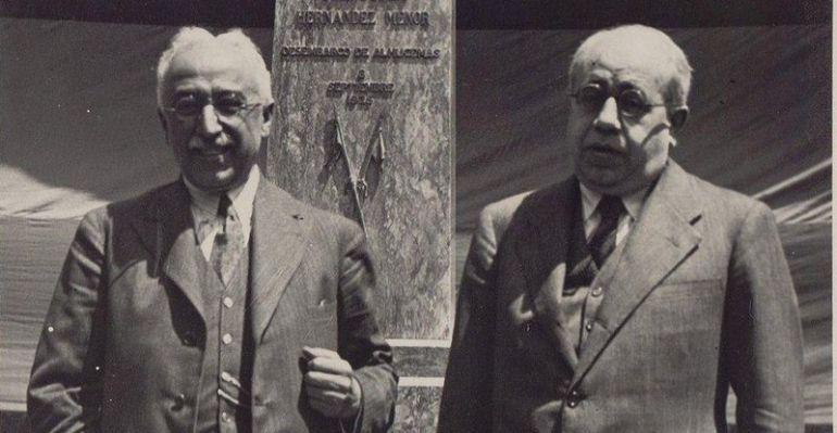 Los dos presidentes de la Segunda República Española, Niceto Alcalá Zamora (1931 - 1936) y Manuel Azaña (1936 - 1939) posan ante un monumento