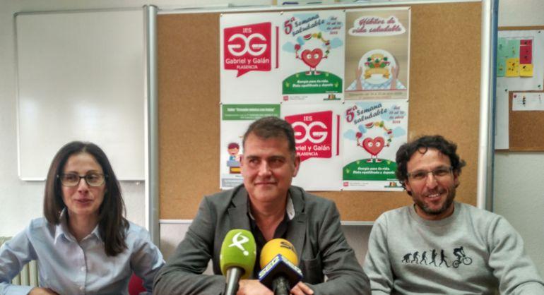 El director del centro (Centro) junto a dos de los profesores responsables de la semana de vida saludable en el IES Gabriel y Galán