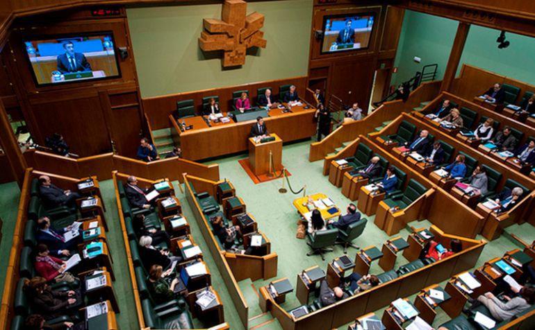 Dos parlamentarios vascos han modificado su curriculum académico en la web del Parlamento vasco en los últimos días