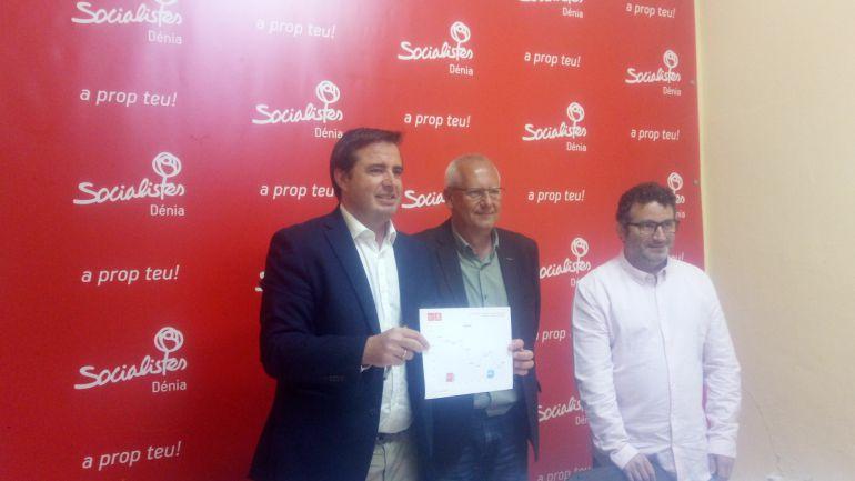 El diputado socialista en el Congreso, Herick Campos (i), el secretario general del PSPV en Dénia, Vicent Grimalt (c) y el secretario comarcal, Óscar Mengual (d).