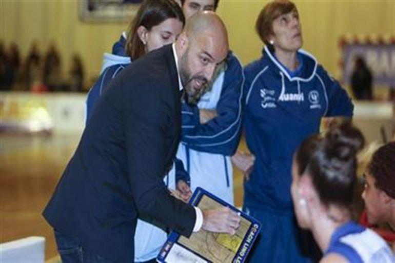 El entrenador de Uni Ferrol, Lino López.