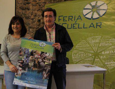 El alcalde de Cuéllar, Jesús García, y la concejal de Industria, Nuria Fernández, muestran el cartel anunciador de la Feria Comarcal de 2018