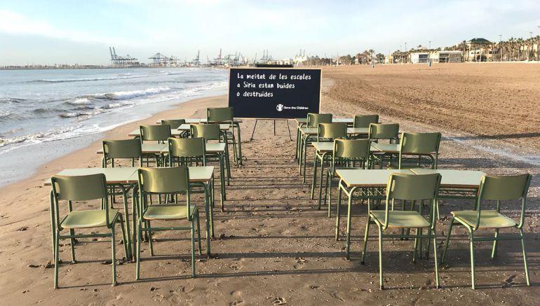 Pupitres vacíos en la playa de la Malvarrosa en Valencia