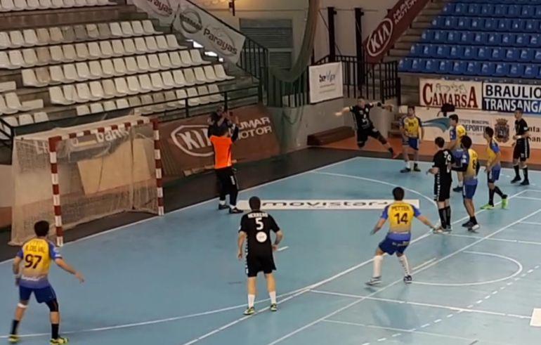 Imagen de una de las jugadas de la defensa ribereña en La Albericia.