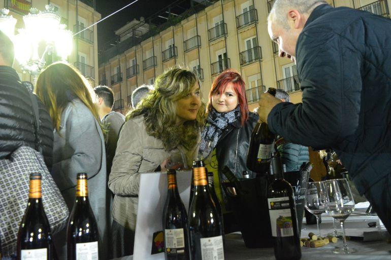 Alrededor de 1.500 personas han participado en esta cata de vinos que se ha celebrado en la Plaza Mayor de Elda