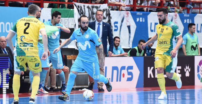Dos futbolistas del Jaén Paraíso Interior se disputan el balón con otro jugador del Movistar.