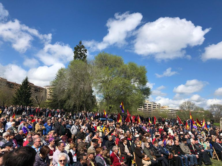 Centenares de personas se han dado cita en la Vuelta del Castillo de Pamplona para recordar a las víctimas navarras del franquismo