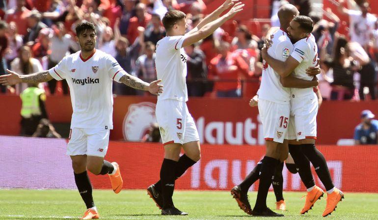 GRAF3701. SEVILLA.- Los jugadores del Sevilla celebran tras el gol anotado por el centrocampista francés Steven N'Zonzi (2d), durante el partido de hoy contra el Villarreal en el Estadio Sánchez Pizjuan, correspondiente a la jornada 32 de LaLiga. EFE Raul Caro Cadenas