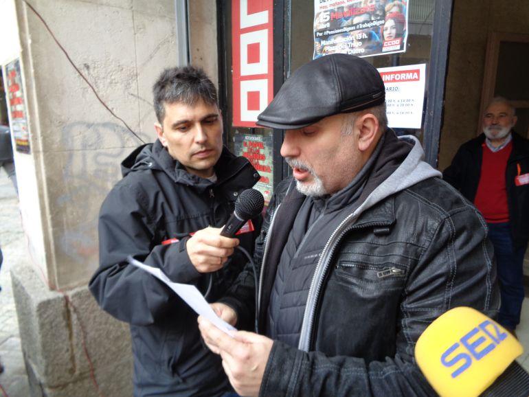 La manifestación concluyó con la lectura de los manifiestos por los líderes sindicales comarcales, Modesto RIoseras, de UGT (en primer plano) y Jorge Melero, de CCOO