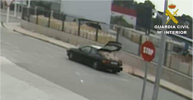Para transportar el metal robado, utilizaban un deportivo pequeño de tres puertas