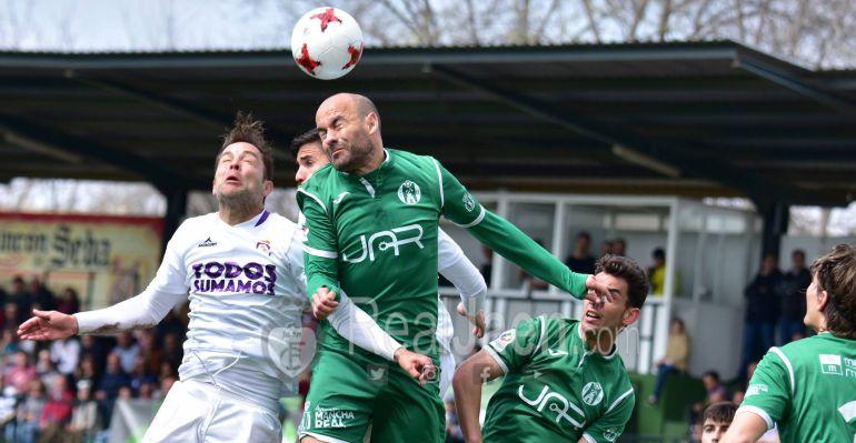 El ex del Real Jaén, Óscar Quesada, pelea por el balón durante el partido.