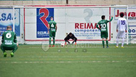 Momento en el Carmona va a tirar el penalti señalado por el árbitro.