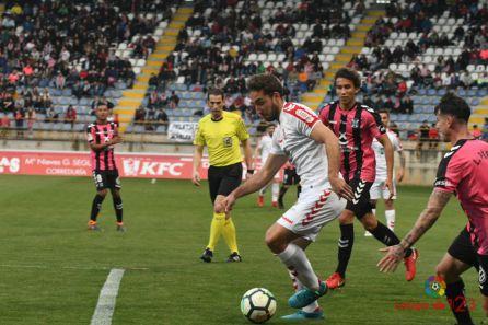 Ángel conduce el balón en la acción que acabó con un gol de bandera