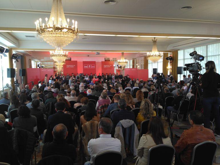 Varios cientos de personas siguieron la intervención política del secretario general del PSOE en un céntrico hotel pamplonés.