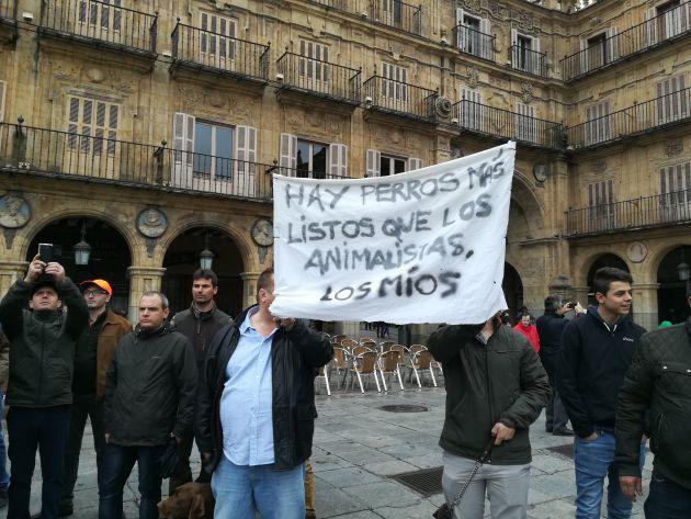 El mensaje de dos participantes en la manifestación de los cazadores en Salamanca.
