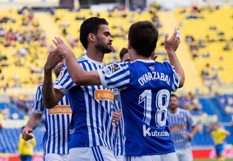 Willian José felicita a Oyarzabal por su gol en Las Palmas