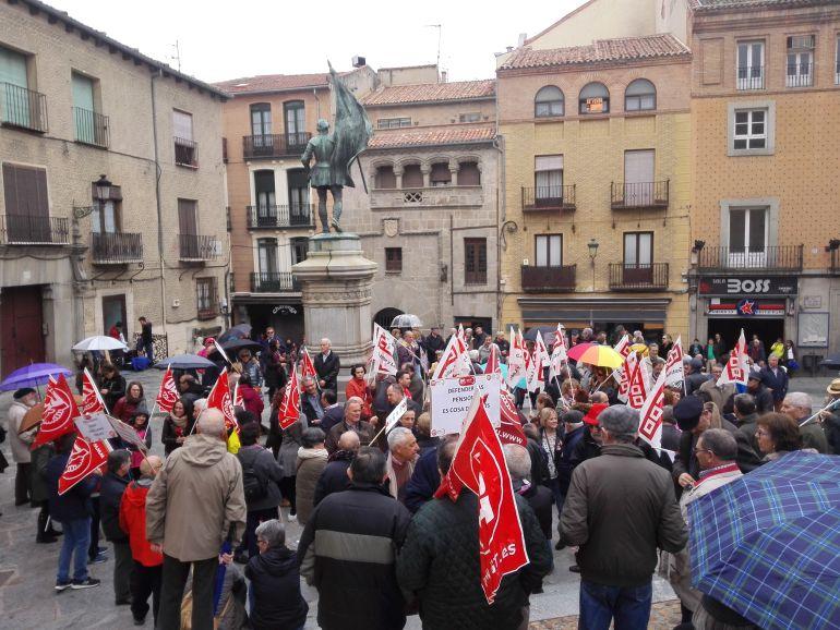 Segovianos que se concentraban por unas pensiones dignas.