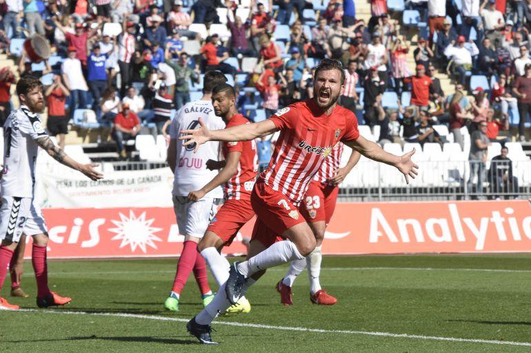 El Almería mantiene su caída en picado