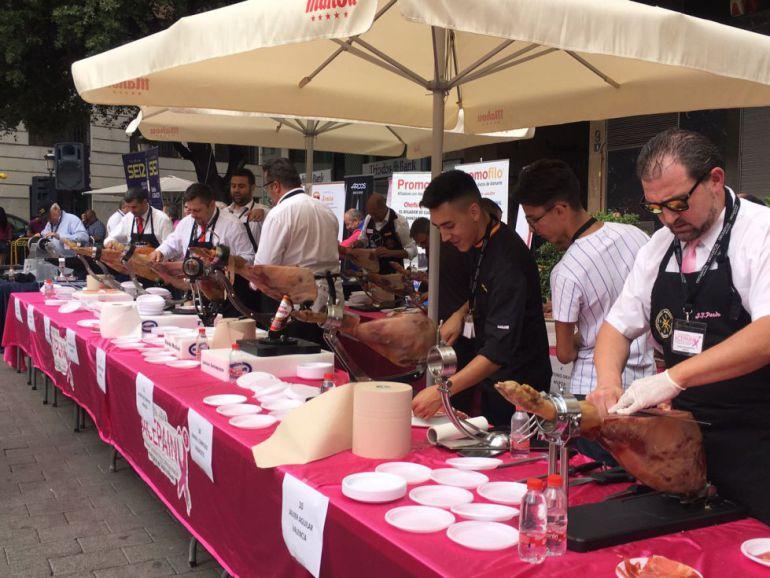 Concentración de cortadores de jamón a beneficio de Acepain