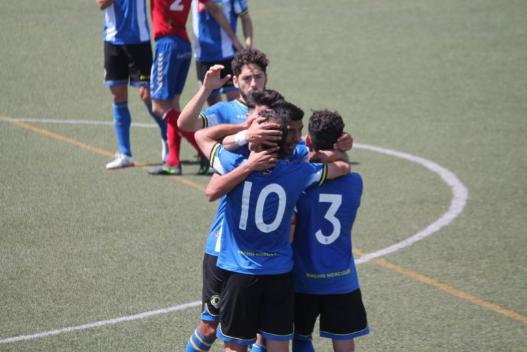 Los jugadores del Hércules CF celebran el gol de Chechu ante Saguntino