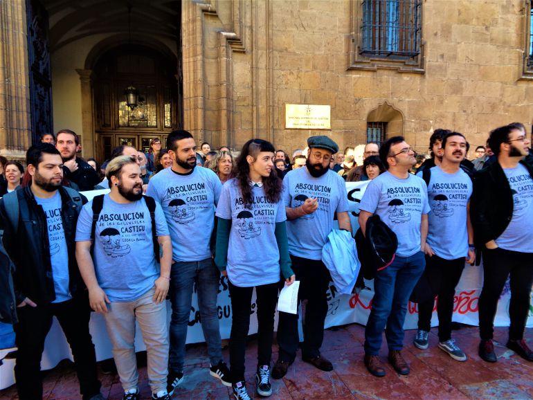 Los acusados por la ocupación de La Madreña, el día de inicio del juicio.