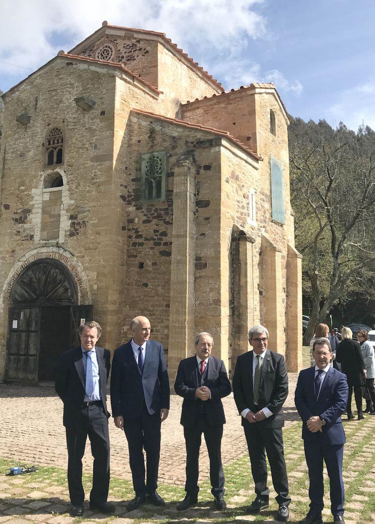 Autoridades asistentes al acto de presentación del proyecto de restauración de las pinturas de San Miguel de Lillo. En el centro, el alcalde de Oviedo. A su derecha, el delegado del gobierno en Asturias, Mariano Marín, y el consejero de Educación y Cultura, Genaro Alonso.