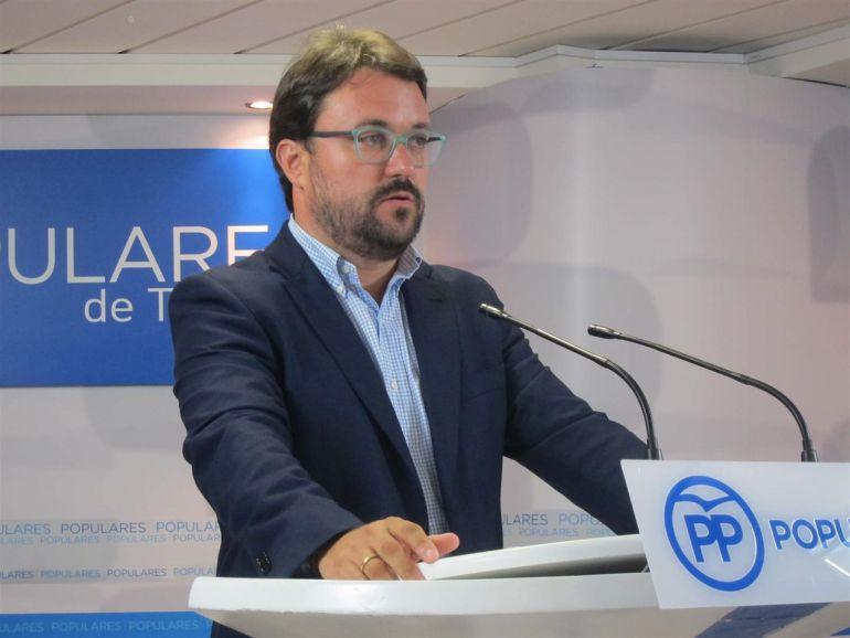 Podemos y Ciudadanos exigen al PP una decisión por el falso título de Antona