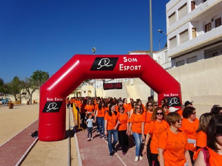 Momento de la salida de los caminantes en la X Cursa No Competitiva de la Dona en Xàbia.