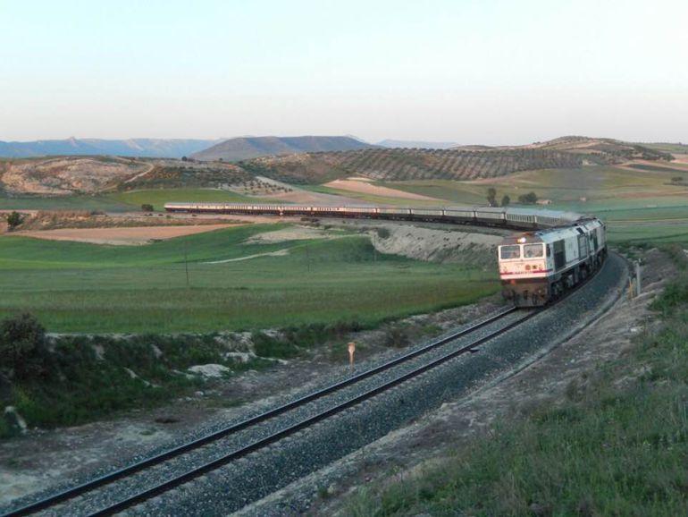 """El tren Al Ándalus saliendo de Granada hacia Linares a la altura de Gobernador. La imagen ha sido distribuída por el colectivo """"Mujeres por el tren"""""""