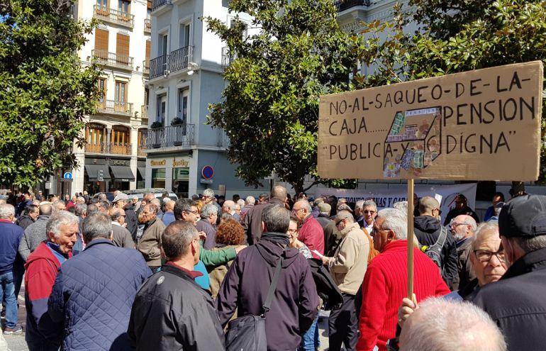 Concentración por las pensiones en la Plaza del Carmen de Granada
