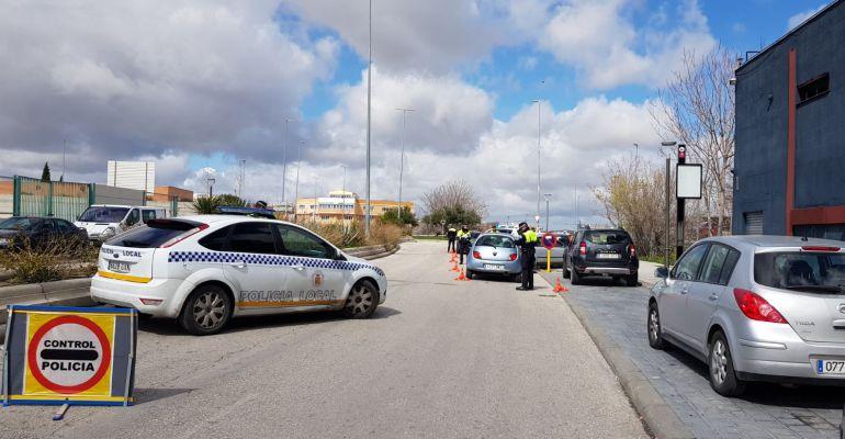 Agentes de la Policía Local realizan un control de velocidad en una de las calles de la capital.