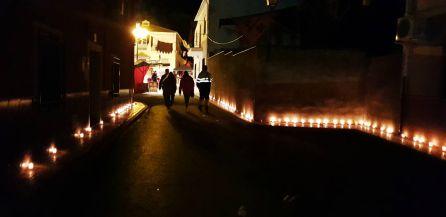 Calle de Arquillos iluminada con velas con motivo de la Feria de los Colonos.