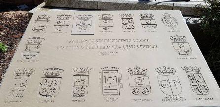 Placa conmemorativa instalada junto a la Torre del Reloj de Arquillos.