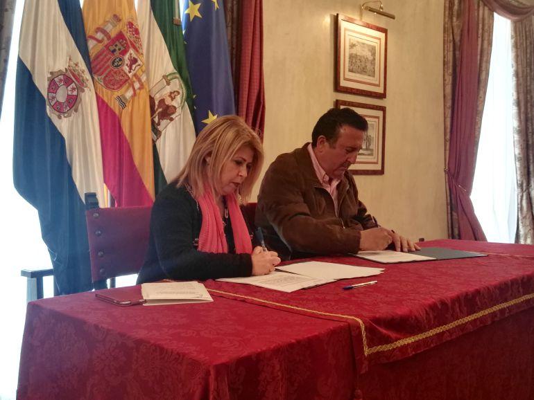 La firma del contrato se ha rubicado este lunes en el Salón Noble del Ayuntamiento de Jerez