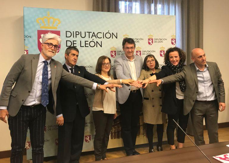 El presidente de la Diputación acompañado de las cinco organizaciones con las que ha firmado otros tantos convenios de colaboración este lunes